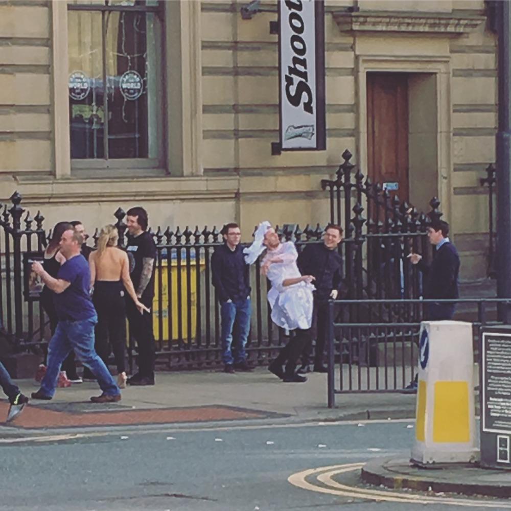 上禮拜里茲遇到一群男生,其中一位穿著白色洋裝戴著頭紗,他們是不是玩得很開心啊!