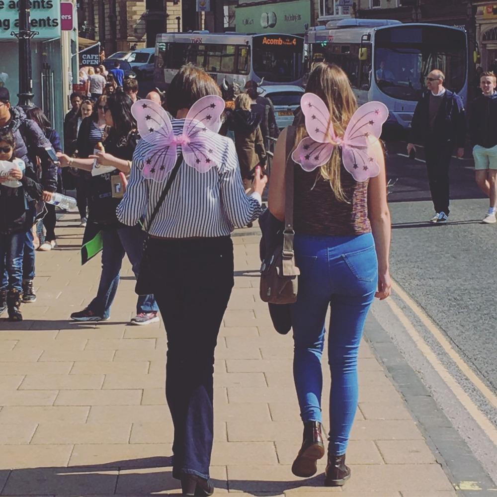 背著蝴蝶翅膀的兩位英國女生,前面還有一群蝴蝶公主,但她們走得比較慢。