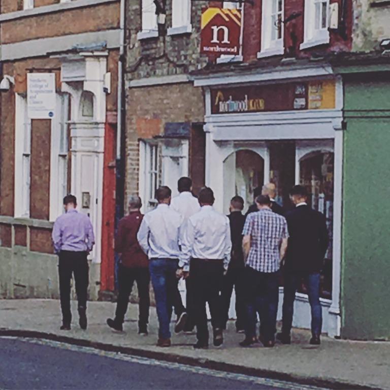 一群男生在一起通常沒主題就是穿襯衫
